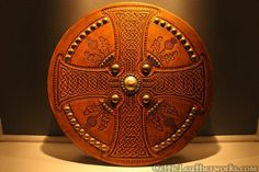 Targe Celtic Shield, Viking Shield, Celtic Patterns, Celtic Designs, Elmo, Pistol Targets, Leather Working Patterns, Celtic Warriors, Leather Armor