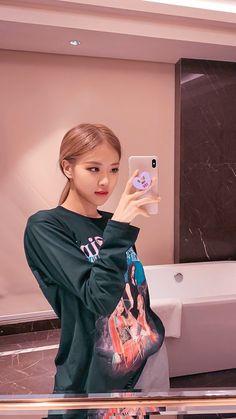 Park Chaeyoung (Rose) of Blackpink Kpop Girl Groups, Korean Girl Groups, Kpop Girls, Kim Jennie, Blackpink Fashion, Korean Fashion, Black Pink ジス, Rose Park, Rose Wallpaper