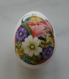 What an extraordinary little egg, such a tiny detailed painting of a flower arrangement!