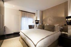 kleines schlafzimmer farben weiß beige schwarze pendelleuchten neben bett