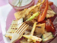 Gegrilltes Gemüse mit Joghurt-Kräuter-Dip - smarter - Zeit: 30 Min. | eatsmarter.de Eat Smarter, Yummy Food, Yummy Recipes, Tableware, Ethnic Recipes, Dip Recipes, German Recipes, Veggie Food, Grilled Veggies