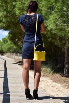 Generalmente tenemos la tendencia de utilizar un #bolso similar a nuestros zapatos para que hagan juego, pero con los #bolsos de mano puedes romper esta regla y atreverte a mezclar estilos, materiales y colores que sean contrastantes con los zapatos. Descubre toda la gama de colores que ofrece nuestro modelo Carla. ¿Tienes un preferido? #ginok #ginokbolsos #ginokbolsodemano #complementos #marroquineria #diseñadoenespaña #españa #hechoamano #moda #estilo #modafeminina #modamujer #mujerModerna
