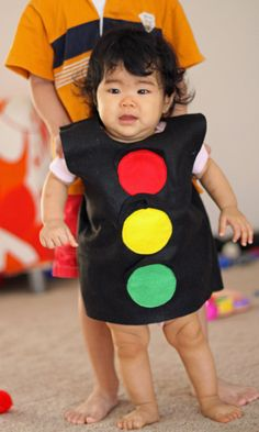 Traffic Light Halloween Costume for a toddler halloween costume Homemade Halloween Costumes, Toddler Halloween Costumes, Halloween Dress, Baby Costumes, Halloween Kids, Carnaval Kids, School Costume, Fancy Dress For Kids, Light Dress