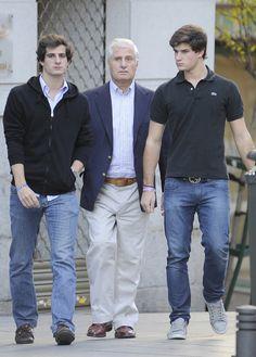 Fernando Fitz-James Stuart y Solís, hijo mayor del actual Duque de Alba y heredero del título Fernando, a la izquierda, acompañado de su padre, Carlos Fitz-James Stuart y de su hermano Carlos, de 23 años