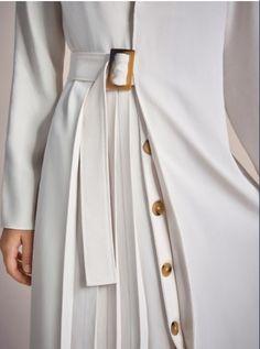 details Fashion Details, Love Fashion, Fashion Design, Womens Fashion, Couture Details, Minimalist Fashion, White Pleated Skirt, White Dress, High Waisted Skirt