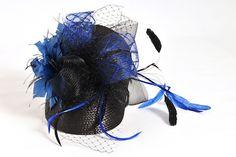 tocado de fiesta con rejilla y plumas. Azul eléctrico y negro.