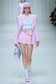 Versace Spring 2018 Prêt-à-porter-Modenschau - Chloe - # . - Versace Spring 2018 Ready-to-wear Fashion Show – Chloe – # PrêtàporterMod - Fashion 60s, Women's Runway Fashion, New York Fashion, Look Fashion, Couture Fashion, Fashion Show, Fashion Trends, Fashion Spring, Teen Fashion
