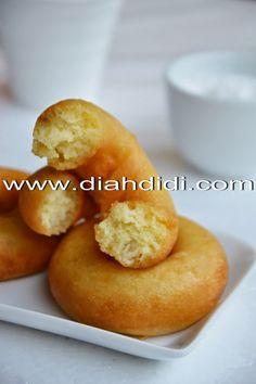 Diah Didi's Kitchen: Donat Kentang..Menul Menul Empuk Tanpa Di Uleni Food N, Food And Drink, Indonesian Cuisine, Yummy Food, Tasty, Biscuit Recipe, Yummy Cookies, Bakery, Donuts