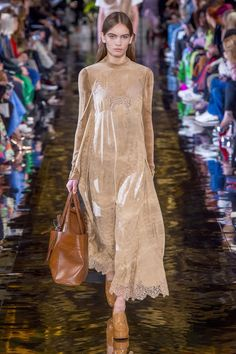 The complete Stella McCartney Fall 2018 Ready-to-Wear fashion show now on Vogue Runway. Fashion Runway Show, Fashion Show Collection, Fashion 2018, Fashion Week, Paris Fashion, High Fashion, Autumn Fashion, Fashion Outfits, Fashion Top