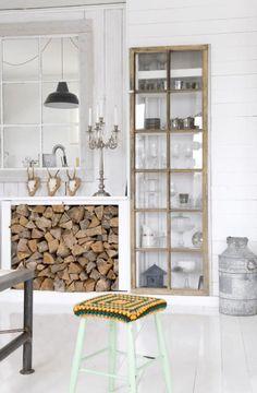 Doorkijkje, inbouwkastje, mooie plek voor het haardhout... Fijne kleuren; eigenlijk spreekt alles me aan!  #interieur #wit #hout