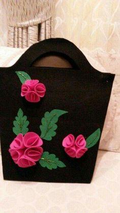 Best 12 A Beautiful and Elegant Felt Flower Bag… gorgeous ! Handmade Purses, Handmade Handbags, Patchwork Bags, Quilted Bag, Accessoires Barbie, Disney Ornaments, Fabric Gift Bags, Felt Purse, Diy Tote Bag
