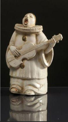* GALERIES LAfAYETTE  «Terre de Retz «- (années 1920) Boite de poudre modèle «Pierrot chantant» en papier maché laqué signée Georges Duchesne