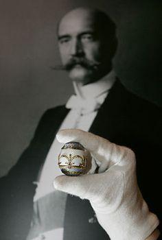 Un huevo de Fabergé, que perteneció al rey Jorge I de Grecia, al fondo.