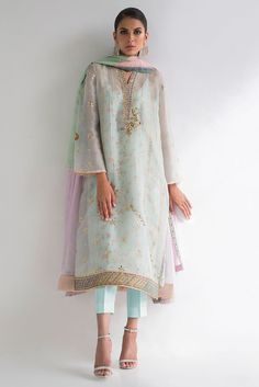 Trendy Dress With Sleeves Classy Gowns Ideas Pakistani Dress Design, Pakistani Outfits, Indian Outfits, Pakistani Fashion Casual, Classy Gowns, Classy Dress, Casual Summer Dresses, Trendy Dresses, Indian Attire