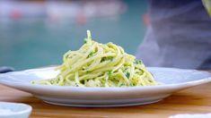 Pasta med kamskjell og pesto – NRK Mat – Oppskrifter og inspirasjon Bastilla, Pasta, Pavlova, Mozzarella, Hummus, Nom Nom, Spaghetti, Cooking Recipes, Ethnic Recipes