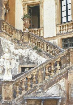 Frescos neoclásicos, tapicerías de Oriente Medio, impresionantes elementos arquitéctonicos y sobre todo mucha historia en sus paredes. esta ...