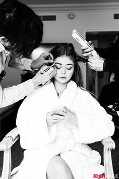 Exclusive! A Behind-the-Scenes Look at How Sarah Hyland Got Ready for the Globes