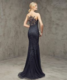 FINA- Red carpet dress in black, in petit pois tulle with lace appliqués, mermaid style. Bodice with sheer illusion tulle overlay decorated with lace appliqués. Petit pois tulle skirt with godets.