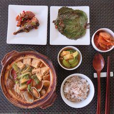 soybean paste stew and banchan. 오늘아침은 간단히 보리밥짓고 된장찌개 하나끓여 냉장고에서 자리차지라고 있는 애들 처리.