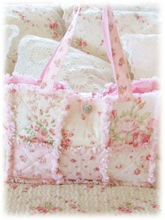 Raggy Ruffled Patchwork Tote Bag Ive done quilts but not bags cant wait to get… Patchwork Bags, Quilted Bag, Rag Quilt Purse, Sewing Crafts, Sewing Projects, Shabby Chic Crafts, Handmade Handbags, Purse Patterns, Purses