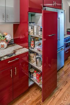 This red glossy kitchen cabinet does not only provide inspiration for paint color and finish but also for storage solutions.