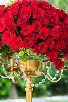 Red rose table centerpiece.  Photo By / lyndahwells.com.