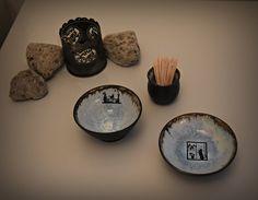 Set van 2 uniek hand gedraaide tapas kommetjes / schaaltjes + houder tandenstokers met decal poes - kitten / keramiek - steengoed Tapas, Coffee, Decor, Kaffee, Decoration, Cup Of Coffee, Decorating, Deco