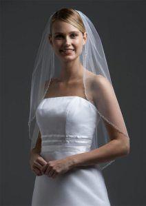 Tipos de Véus para Noivas: Véu Cotovelo. Mais uma vez o nome dita o comprimento. É um véu de noiva de médio a curto, que deve alcançar o cotovelo da noiva ou coincidir com a cintura. Mede em torno de 65 cm. Pode ser usado com qualquer tipo de vestido, mas não combina com vestido de cauda.
