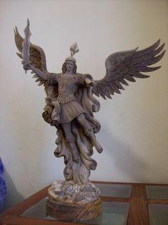 San Miguel Arcangel,escultura en madera del colombiano Oscar Viera Juarez