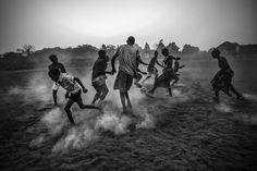Muchos de los jugadores de fútbol del mundo tocan su primera pelota en un campo de tierra. Éstos jóvenes lo hacen en un terreno que había formado parte de una instalación militar de la excolonia portuguesa. Foto: Daniel Rodrigues.