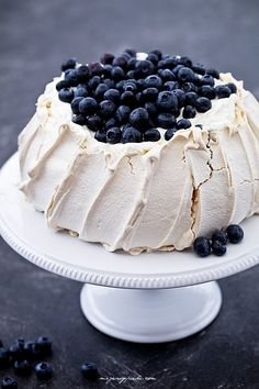Pavlova with blueberries Cupcakes, Cake Cookies, Muffins Frosting, Whip Frosting, Bakery Recipes, Dessert Recipes, Merangue Recipe, Pavlova Cake, Polish Desserts