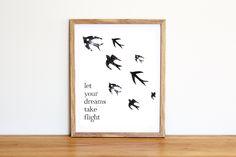 Illustrazione da scaricare subito con delle rondini all'acquerello e la frase Let your dreams take flight. Per camerette e nursery di IlluminoHomeIdeas su Etsy