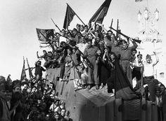 """""""La Revolución Española fue el conjunto de cambios que se han producido durante la Guerra Civil Española (1936-1939),  en las regiones controladas por los sindicalistas revolucionarios  y los anarquistas , sobre todo en Cataluña, Navarra y Aragón. En estas regiones, la mayor parte de la economía industrial y agraria fue colectivizada , el desempleo abolida, los salarios igualan, y en algunos lugares la propiedad privada fueron abolidos a favor de todos."""" es.wikipedia.org"""
