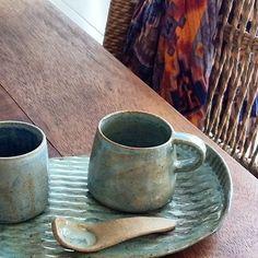 Cafezinho ao chegar, cafezinho ao sair, carinho quentinho que se oferece em forma de xícara e a gente fica mais feliz.  Bandeja com duas xícaras e colher. Conjunto único.  Um bom presente de Natal! Vendas até 5/12. Consultas por whatsapp:  11 974887871 ou e mail:  mariaestela.ceramica@gmail.com