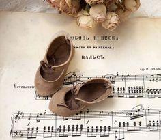 Doll shoes / Одежда для кукол ручной работы. Ярмарка Мастеров - ручная работа. Купить Крем-какао туфельки для куклы.. Handmade. Бежевый, ноты