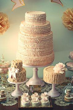 Mesa de bolo e doces nude + rosa + dourada