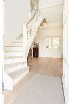 Cottage City Villa - Home Decor Ideas! Escalier Design, House Stairs, Interior Exterior, Room Interior, Home Bedroom, Home Fashion, Cottage Style, Home And Living, Future House