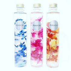 !☆必ずお色をご指定ください☆!ボタリウム AZISAI - 紫陽花 - スリムボトル特殊な液体で満たしたボトルに本物のお花を閉じ込めました。Instagramでも「ハーバリウム」という名前で話題のアイテム!観賞用です。開栓せずにそのまま飾ってお楽しみください。★★母の日ギフト配送ご希望のお客様へ★★送り先と受取り先が違う場合に送り主様の情報がクリーマでは表示されません。ギフト配送の場合は送り主様の情報を必ずご入力お願いいたします。配送の送り状に送り主として記入します。そのまま手配しますと送り主がボタニカルライフになりますので受取り主様が混乱される可能性がございます。以下、ご購入ごのメッセージ画面よりご入力をお願いいたします。・お名前フルネーム・ご住所・お電話番号・ご購入明細の同梱について 要・不要[カラー] ピンク、ブルー、レッドイエローの3色注意事項・観賞用です。開栓せずにそのまま飾ってお楽しみください。・直射日光に長時間当てると退色の原因となります。・徐々にアンティーク調のお色味に変化します。…