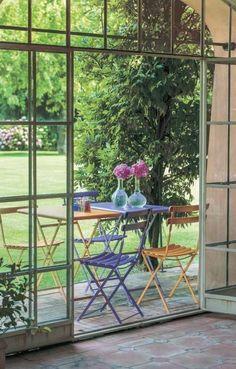 Ein Esszimmer draußen bietet sich noch an, so lange der Sommer durchhält! Klapptische und Klappstühle Emu Arc en Ciel von Wohnbalkon. #outdoorfurniture #outdoormöbel #homify