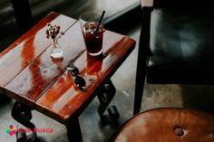 quebusca,qué busca,Food,Comida,mesa, banco, silla, lentes, florero, bebida