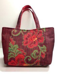 深い濃いめの赤色の帯をリメイクしたバッグです。裏生地は、赤色の生地を使用しています。もちての長さは長めなので、肩からさげての使用もしていただけます。内側ポケッ...|ハンドメイド、手作り、手仕事品の通販・販売・購入ならCreema。
