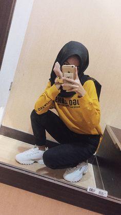 #hijab #ootd #hijabootd #mirror #selfie #mirrorselfie Modern Hijab Fashion, Street Hijab Fashion, Muslim Fashion, Casual Hijab Outfit, Ootd Hijab, Hijab Chic, Hijabi Girl, Girl Hijab, Vogue Fashion