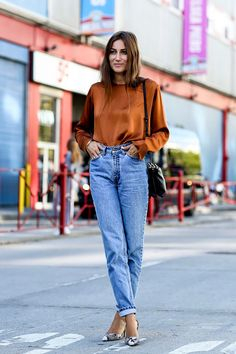 Risultati immagini per jeans mom fit street style Retro Outfits, Jean Outfits, Casual Outfits, Outfits With Mom Jeans, Work Outfits, New York Fashion, Star Fashion, Look Fashion, Fashion Outfits