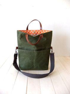 Diese Foldover-Tasche besteht aus gewachstem Canvas in olivgrün. Es kann als…