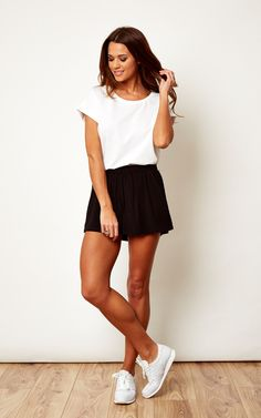 This cute lightweight shorts look great with a simple t-shirt, trainers and simple urban accessories.