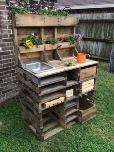 20 Brilliant DIY Pallet Furniture Design Ideas to Inspire You 60 Awesome DIY Pallet Garden Bench and Storage Design Ideas Pallet Garden Benches, Pallet Potting Bench, Potting Tables, Pallet Garden Furniture, Outdoor Pallet, Garden Work Benches, Furniture Ideas, Furniture Design, Pallet Work Bench