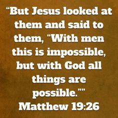 """Mutta Jeesus katsoi suoraan heihin ja sanoi heille: """"Ihmisille tämä on maddotonta, mutta Jumalalle kaikki on mahdollista."""" (Matteus 19:26, UM)"""