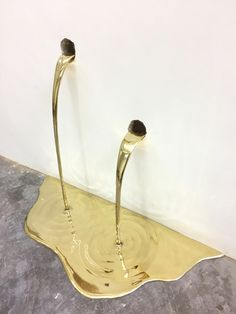 In this ongoing body of sculptural works, Brazillian artist Vanderlei Lopes creates temporary interventions where his polished brass objects appear to pour and drain like gold from the walls or floors of galleries. Art Installation, Installation Architecture, Flüssiges Gold, Collage Kunst, Collage Art, Modern Art, Contemporary Art, Colossal Art, Liquid Gold