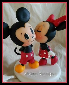 Minnie e Mickey 2 Mickey And Minnie Cake, Mickey E Minie, Fiesta Mickey Mouse, Bolo Minnie, Mickey Cakes, Clay Projects, Clay Crafts, Disney Cake Toppers, Polymer Clay Disney