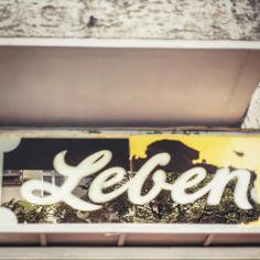 """""""Früher war hier ein Lebensmittelgeschäft. Heute ist nur noch das """"Leben"""" übrig geblieben. Isn't it ironic, irgendwie... Berlin-Wedding."""